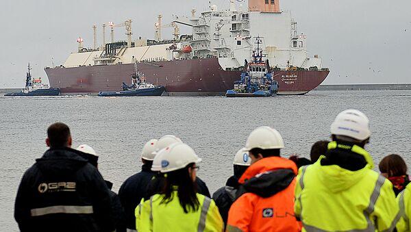 Pracovníci se dívají na loď v Svinoústí - Sputnik Česká republika