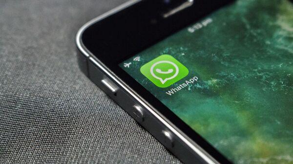 Приложение WhatsApp на экране телефона - Sputnik Česká republika