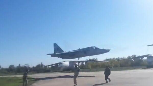 Ukrajinské Su-25 vykonaly let extrémně nízké výšce (VIDEO) - Sputnik Česká republika
