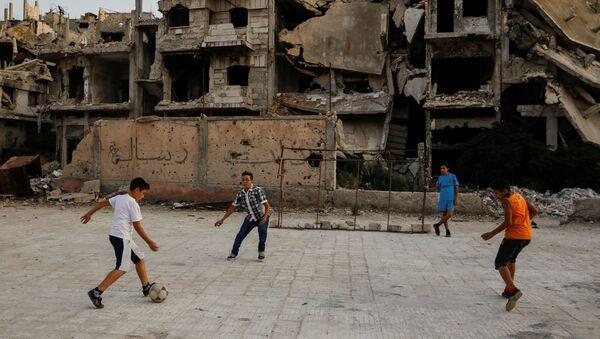 Chlapci hrají fotbal na ulici - Sputnik Česká republika