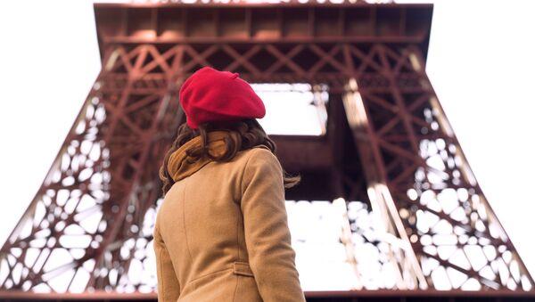 Dívka na pozadí Eiffelovy věže - Sputnik Česká republika