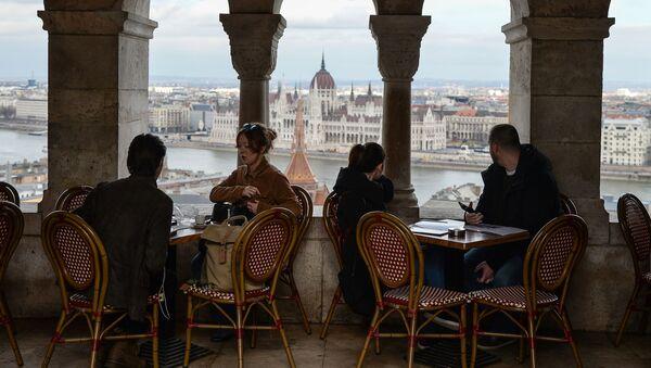 Lidé odpočívají v kávarně v Budapešti - Sputnik Česká republika