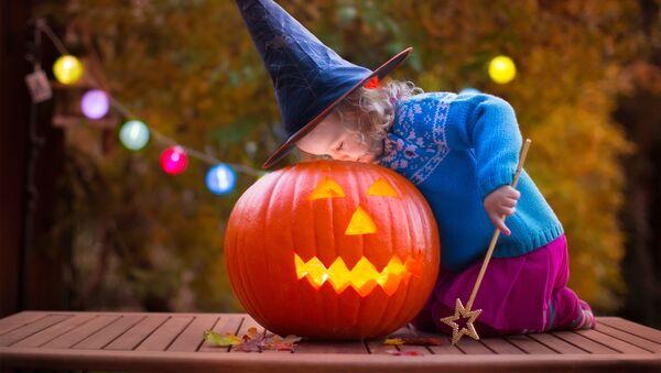 Dítě v kostýmu čarodějnice během Halloweenu - Sputnik Česká republika
