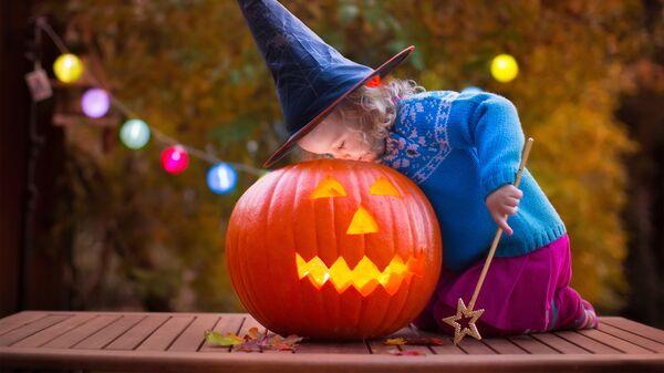 Ребенок в костюме ведьмы во время Хэллоуина - Sputnik Česká republika