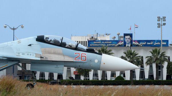 Российский самолет Су-30 на взлетно-посадочной полосе на авиабазе Хмеймим в Сирии - Sputnik Česká republika