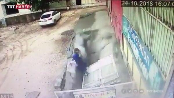 V tureckém Diyarbakiru se dvě ženy doslova propadly do podzemí - Sputnik Česká republika