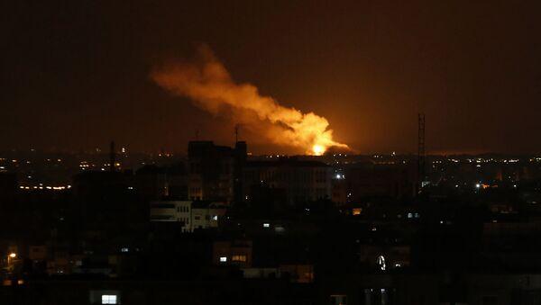 Dým stoupající po izraelském leteckém útoku na pásmo Gazy - Sputnik Česká republika