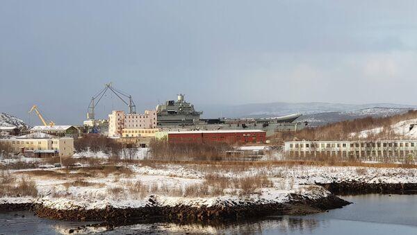 Pohled na 82. loďařský závod a křižník Admiral Kuzněcov, který byl v doku PD-50 v Murmansku. 27. říjen 2018 - Sputnik Česká republika