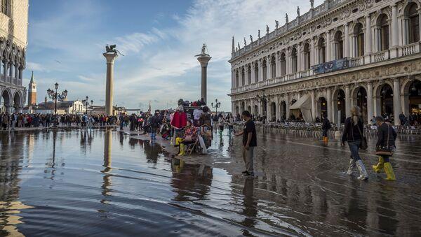 Obyvatelé na zatopeném náměstí Svatého Marka - Sputnik Česká republika