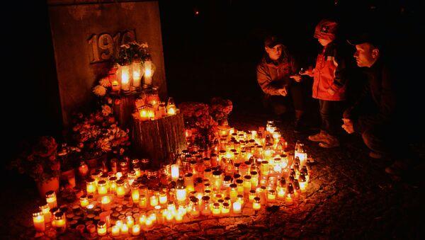 Lidé se svíčkami na Olshanském hřbitově v Praze - Sputnik Česká republika