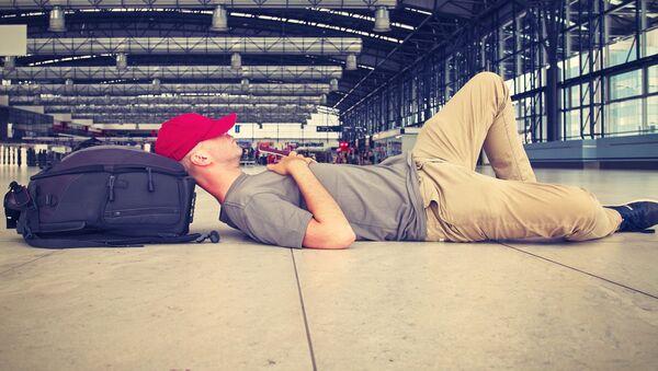 Muž leží na letišti - Sputnik Česká republika