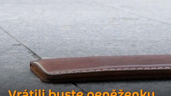 Test poctivosti: Nevidomý muž ztratil peněženku. Pomohou mu lidé? - Sputnik Česká republika