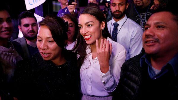 Alexandria Ocasio-Cortes, 29 let, demokratka se svými příznivci ve volební večer - Sputnik Česká republika