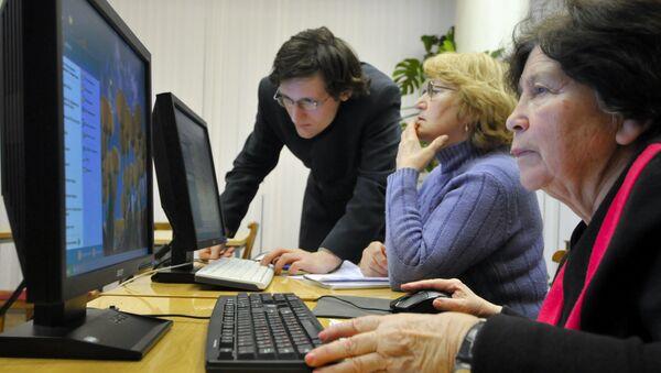 Důchodci se učí používat počítač - Sputnik Česká republika