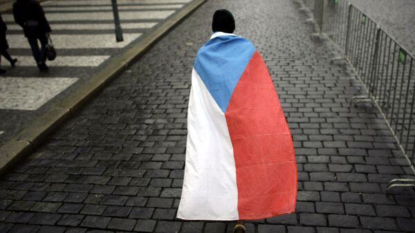 Человек с чешским флагом на плечах на улицах Праги - Sputnik Česká republika
