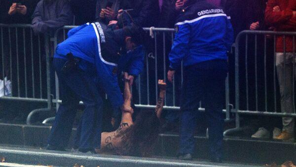 Aktivistka Femen se v Paříži vrhla proti autu Trumpa - Sputnik Česká republika
