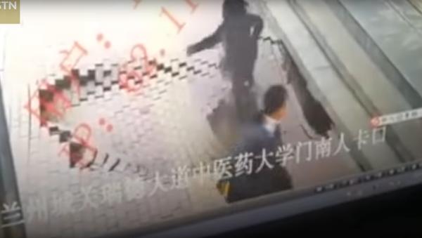 V Číně propast pohltila dívku před očima kolemjdoucích - Sputnik Česká republika