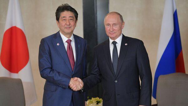 Japonský premiér Šinzó Abe a ruský prezident Vladimir Putin - Sputnik Česká republika