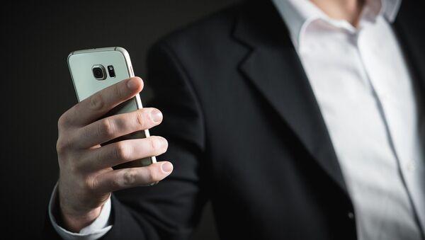 Muž se smartphonem - Sputnik Česká republika