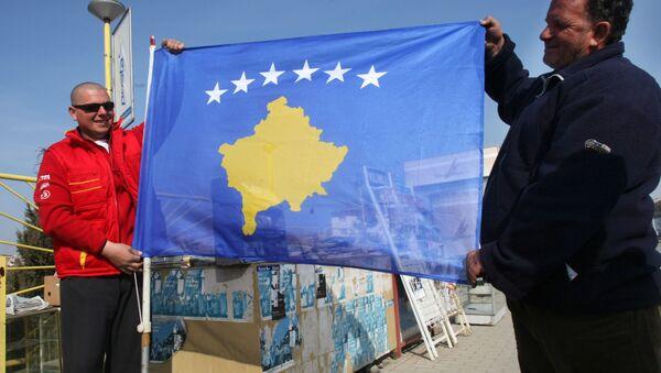 Obyvatelé Prištiny s vlajkou Kosova - Sputnik Česká republika
