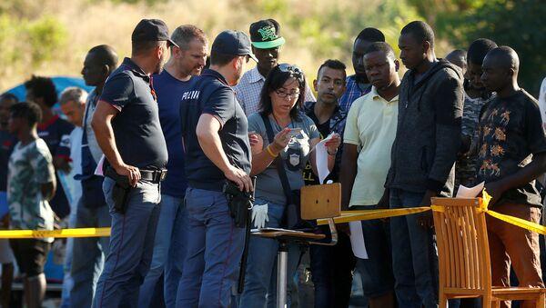 Italská policie kontroluje dokumenty migrantů v uprchlickém táboře v Římě - Sputnik Česká republika