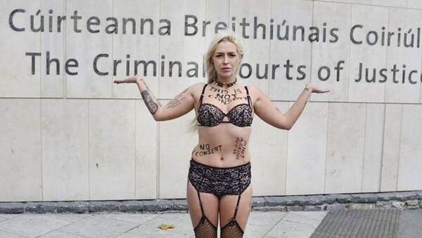26letá Stacy Ellen Murphyová při protestu v Dublinu - Sputnik Česká republika