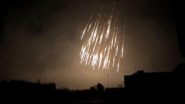 Bombardování nábojem s bílým fosforem v Sýrii - Sputnik Česká republika