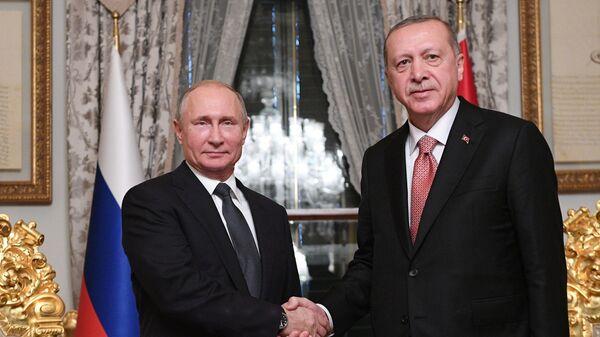 Президент России Владимир Путин и президент Турции Реджеп Тайип Эрдоган во время встречи в Стамбуле - Sputnik Česká republika