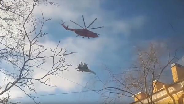 Vrtulník Mi-26 nese stíhačku Su-27 - Sputnik Česká republika