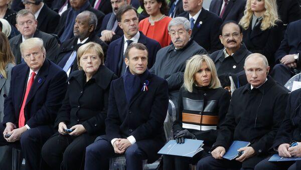Americký prezident Donald Trump, německá kancléřka Angela Merkelová, francouzský prezident Emmanuel Macron se svou chotí Brigitte a ruský prezident Vladimir Putin během oslav 100. výročí konce 1. světové války. - Sputnik Česká republika