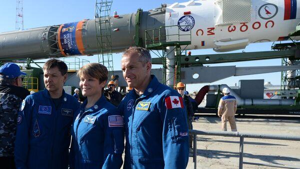 Členové záložní posádky ISS-56/57: kosmonaut z Roscosmu Oleg Kononenko (Rusko), astronautka NASA Ann McClain (USA) a astronaut CCA David Saint-Jacques (Kanada). - Sputnik Česká republika