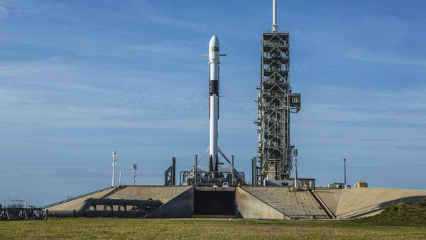 Nosná raketa Falcon 9 společnosti SpaceX na Kennedyho vesmírném středisku na Mysu Canavera (Florida) - Sputnik Česká republika