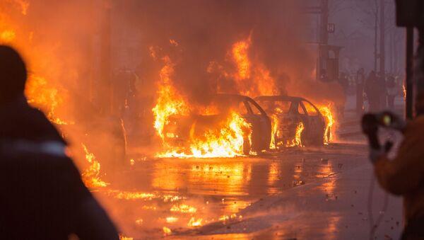 Hořící automobily během protestů proti reformám prezidenta Macrona, Francie, Paříž - Sputnik Česká republika