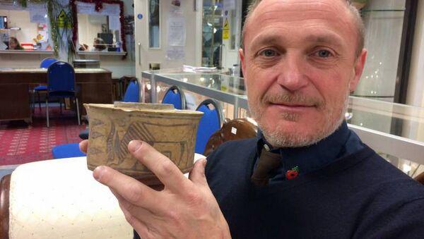 Angličan si na bleším trhu náhodou koupil 4000letou číši - Sputnik Česká republika