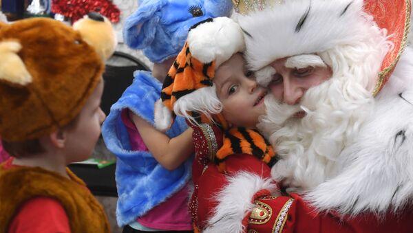 Ruský Děda Mráz navštívil útulek Gavroš pro děti a mládež v Kazani - Sputnik Česká republika