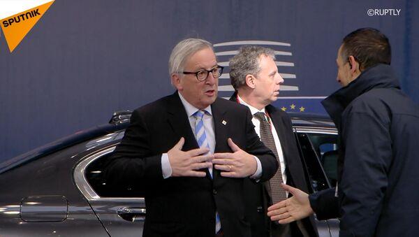Juncker si pohrál s vlasy ženy během setkání lídrů na summitu Evropské komise v Bruselu - Sputnik Česká republika