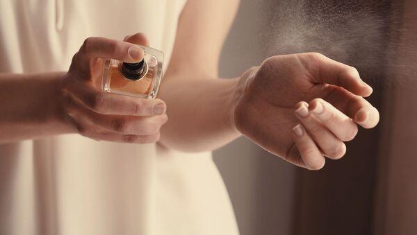 Dívka s parfémem. Ilustrační foto - Sputnik Česká republika