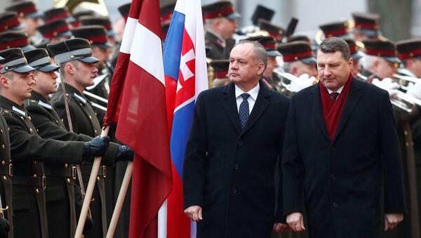 Prezident Lotyšska Raimonds Vějonis a prezident Slovenska Andrej Kiska v Rize v Lotyšsku - Sputnik Česká republika