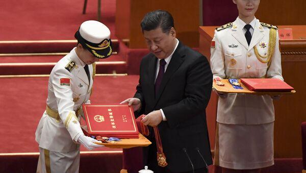 Prezident ČLR Si Ťin-pching předává vyznamenání - Sputnik Česká republika
