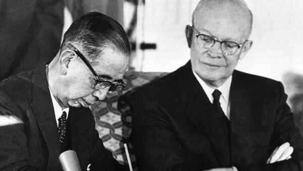 Americký prezident Dwight Eisenhower a japonský premiér Nobusuke Kiši při podpisu dohody o vzájemné spolupráci a bezpečnostni mezi USA a Japonskem - Sputnik Česká republika