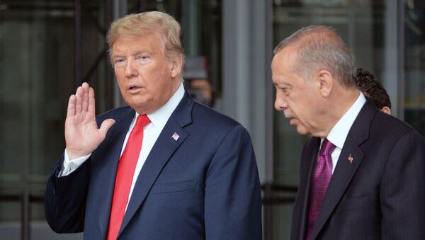 Americký prezident Donald Trump a turecký lídr Recep Tayyip Erdogan na summitu NATO v Bruselu. - Sputnik Česká republika