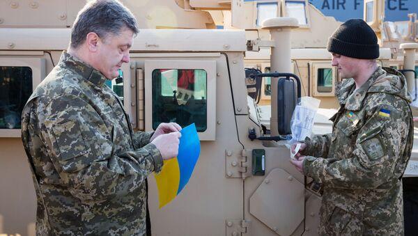Ukrajinský prezident Petro Porošenko si prohlíží terénní vozy Humvee - Sputnik Česká republika