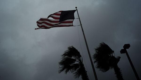Americká vlajka během bouřky - Sputnik Česká republika