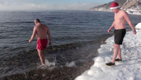To každý nedokáže: novoroční koupání v Bajkalu - Sputnik Česká republika