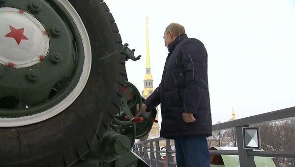 Putin vystřelil  z děla Petropavlovské pevnosti v Petrohradě - Sputnik Česká republika