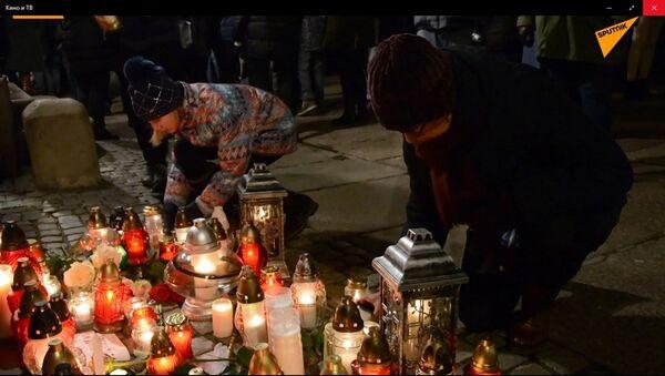 Poláci uctili památku zesnulého starosty Gdaňsku: svíčky a květiny u památníku - Sputnik Česká republika