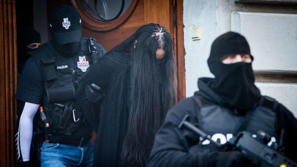 Policie odvádí Alenu Zsuzsovou, která je podezřelá z vraždy slovenského novináře Jána Kuciaka a jeho partnerky Martiny Kušnírové. - Sputnik Česká republika