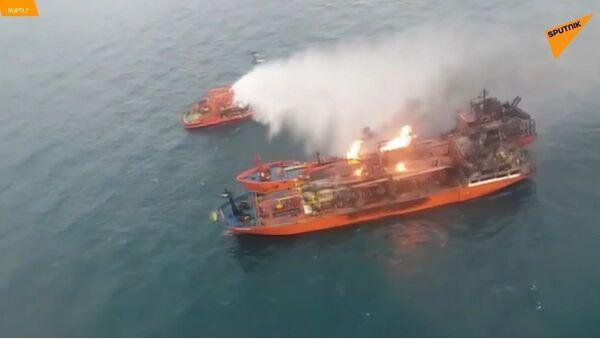 10 námořníků je pohřešováno, lodě stále zůstávají v Kerčském průlivu v plamenech - Sputnik Česká republika