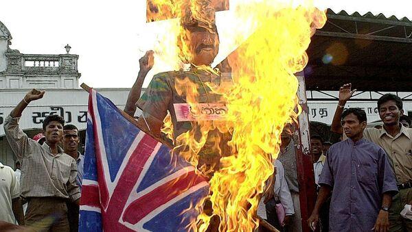 Nacionalisté ze Srí Lanky pálí vlajky Velké Británie a Norska - Sputnik Česká republika
