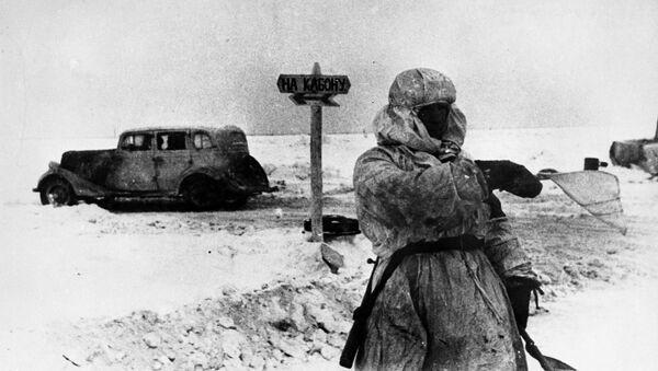 Člověk řídící dopravu na Cestě života v blokádním Leningradu - Sputnik Česká republika